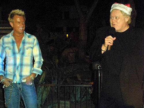 Chris_Phillips_of_Zowie_Bowie_left_and_Emcee_Louie_Anderson