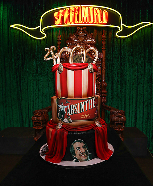 ABSINTHE Celebrates 4000th Performance with Cake from Freeds Bakery credit Gabe Ginsberg for Spiegelworld