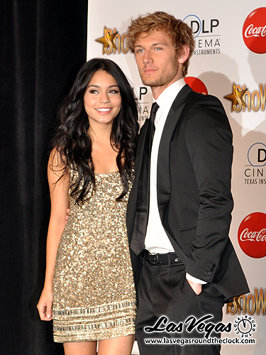 2010_ShoWest_Vanessa_Hudgins_Alex_Pettyfer_092